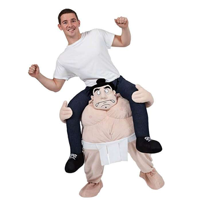 Costume geniale combattente di Sumo! I tuoi piedi sono dentro quelli del combattente ma sembrerà che sei seduto sulle sue spalle..geniale e dirompente! Su Amazon ora! circa 53€
